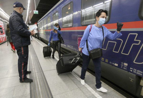 Pflegekräfte wurden mit Sonderzügen aus Rumänien nach Österreich gebracht.APA