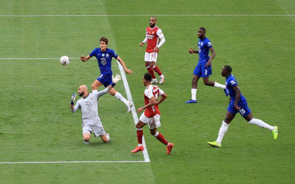 Pierre-Emerick Aubameyang überhebt bei seinem zweiten Treffer (großes Bild) den Torhüter. Und zeigt sich im Anschluss freudig mit Trainer Mikel Arteta sowie dem FA-Pokal. APA, AP