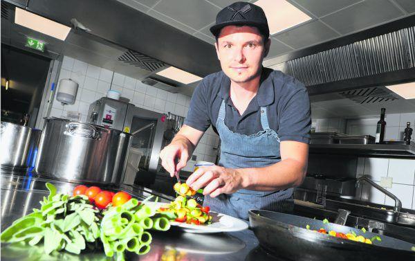 Simon Gamper ist Küchenchef im Bildungshaus St. Arbogast. Gelernt hat er in unterschiedlichen Küchen des Landes und wurde vom Fleischtiger zum Veganer.Klaus Hartinger (2)