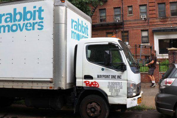 Umzugsfirmen und Möbelpacker haben in New York derzeit Hochkonjunktur.AFP (3)