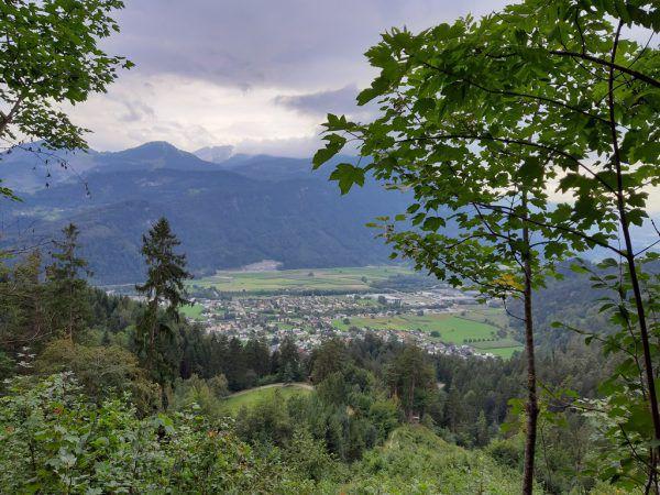 Unterhalb der Bergparzelle offeriert sich ein beeindruckender Blick auf den Walgau.Hertha Glück (3)