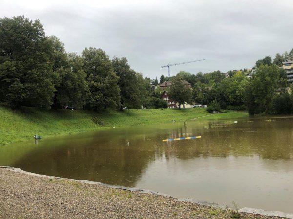 Versteckte Gefahr: Aufgrund von Hochwasser war der Reitplatz überflutet und der Schacht nicht sichtbar. Kapo St. Gallen