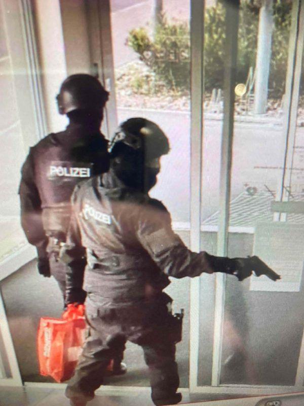 Bankräuber verkleideten sich als Polizisten.KAPo St. Gallen