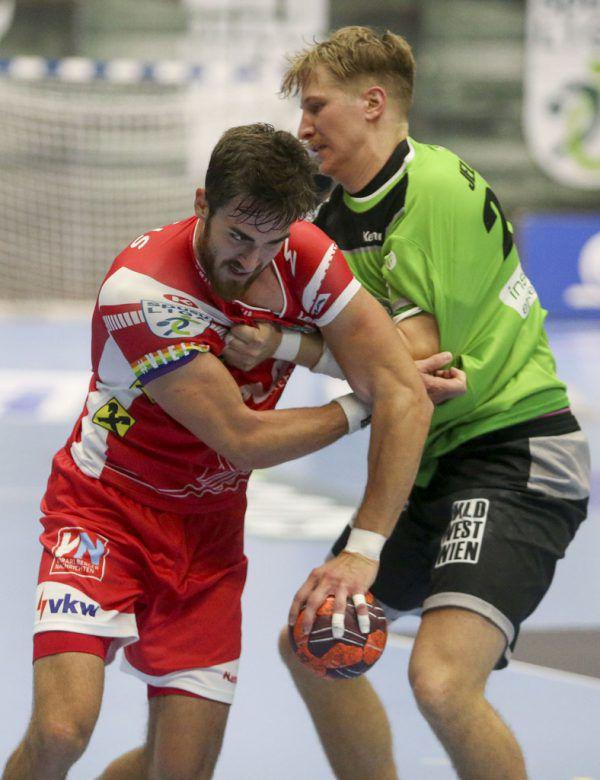 Boris Zivkovic (l.) war mit fünf Treffern bester Werfer bei Hard. gepa