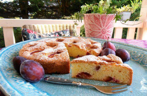 Dazu passt wundervoll etwas Schlagobers sowie – vor allem zum noch lauwarmen Kuchen – eine Kugel Vanilleeis.Ulrike Hagen