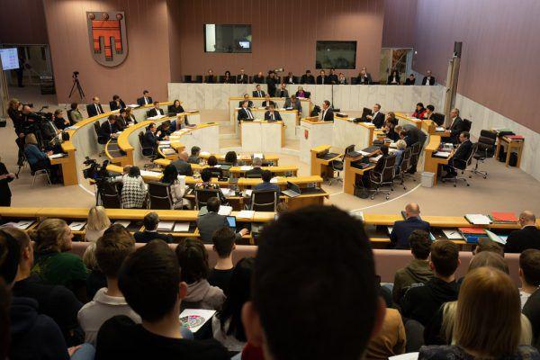 Der Abgeordnete Johannes Gasser möchte wissen, ob Landesrätin Martina Rüscher einen einstimmigen Landtagsbeschluss vom 5. Februar ignoriert hat.Hartinger (2), Lerch