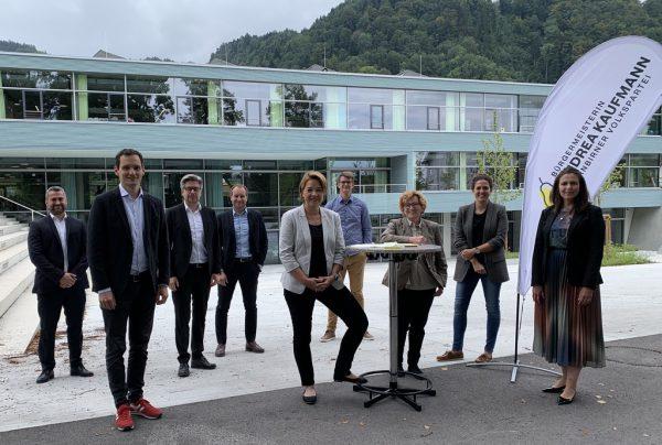Die Vertreter der Dornbirner Volkspartei vor der neuen Volksschule Haselstauden. VP