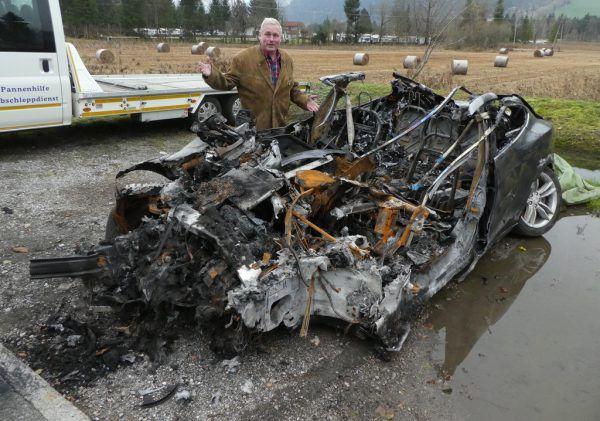 Dieser Tesla brannte 2019 in Tirol aus. Der Fahrer konnte zuvor geborgen werden. Das Problem: die Entsorgung.apa