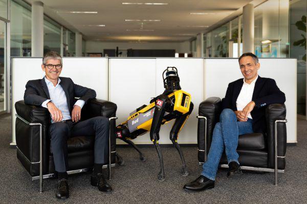 """Ernst Thurnher (l.) und Hubert Rhomberg mit einem Roboter-""""Hund"""", der auf Baustellen eingesetzt wird.Rhomberg Gruppe"""