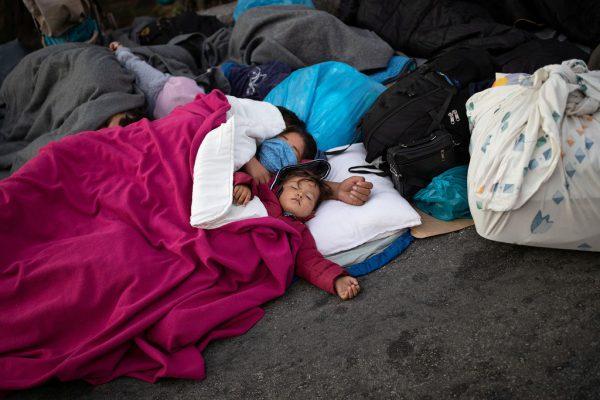 Die Neos bitten in einem offenen Brief um die Aufnahme von 50 Personen.Reuters