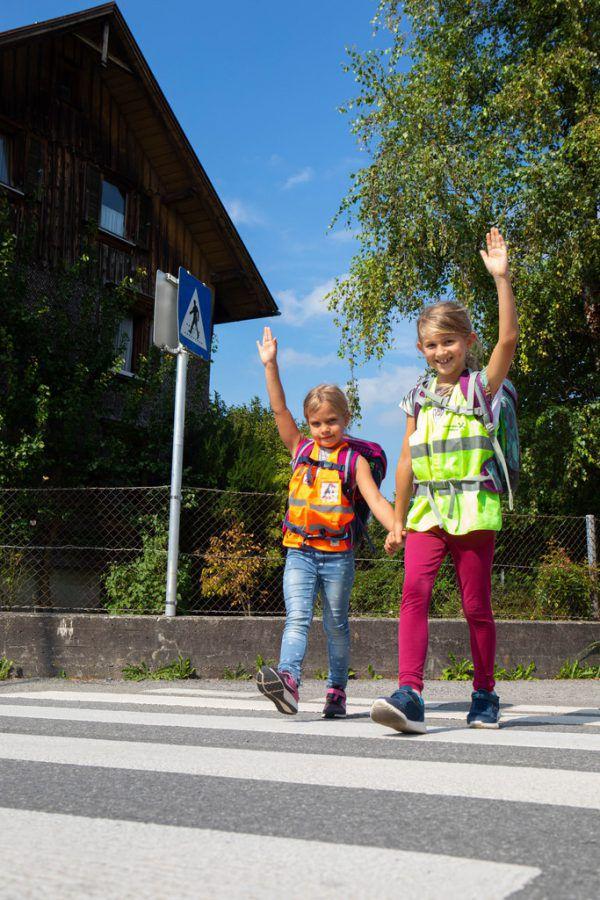 Hände hoch: So signalisieren Kinder, dass sie die Straße queren wollen.Klaus Hartinger, Sicheres vorarlberg/Marcel Hagen