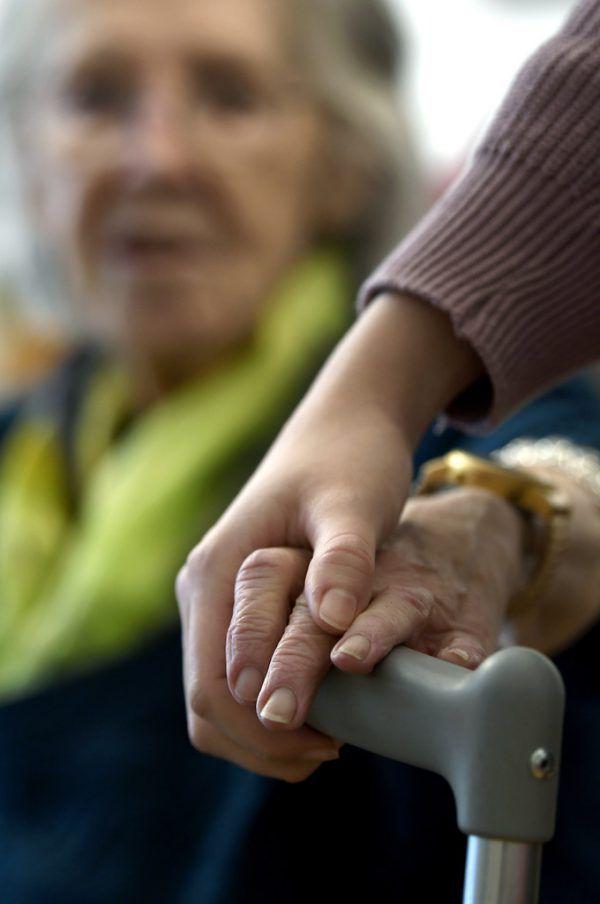 Die Pflege daheim soll mit dem Modell unterstützt werden.Symbolbild/apa