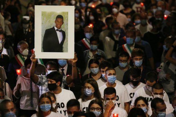 Hunderte Menschen nahmen an der Trauerfeier für den getöteten 21-Jährigen teil. AP