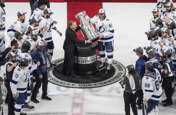 Kapitän Steven Stamkos erhält den Pokalap
