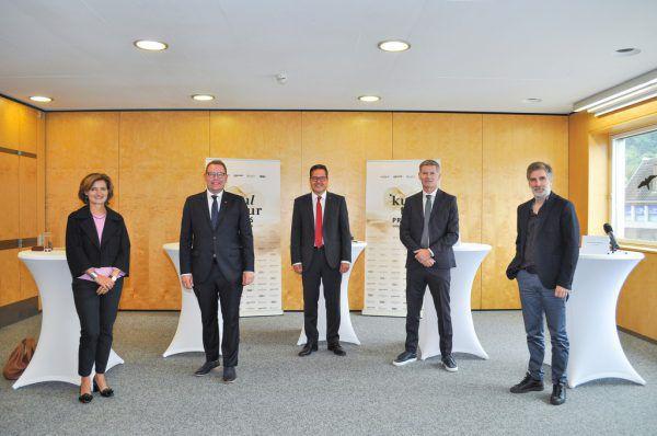Katharina Klein, 1996 in Bregenz geboren, ist die jüngste Nominierte. Im großen Bild, v.l.: Jasmin Ölz, Markus Klement, Martin Jäger, Bernhard Moosbrugger (Casino Bregenz), und Winfried Nußbaummüller.Mona Klein (1)/Sparkasse Bregenz (1)