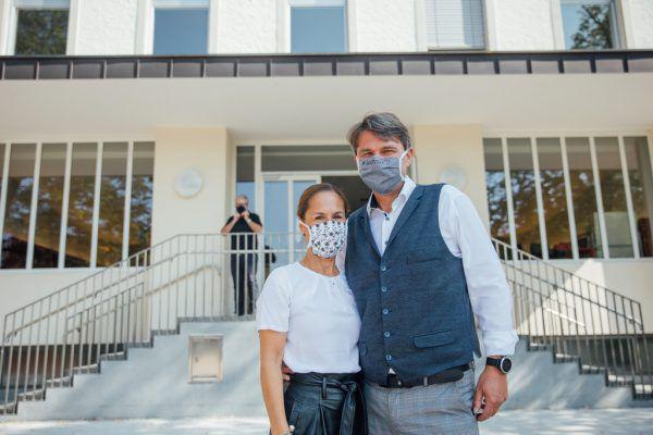 Kurt Fischer mit seiner Frau Beate mit Maske vor dem Wahllokal.Sams