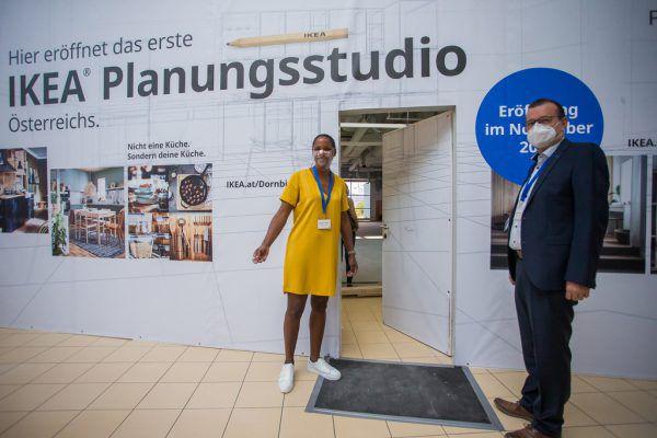 Maimuna Mosser (Ikea) und Burkhard Dünser (Messepark) auf der Baustelle.