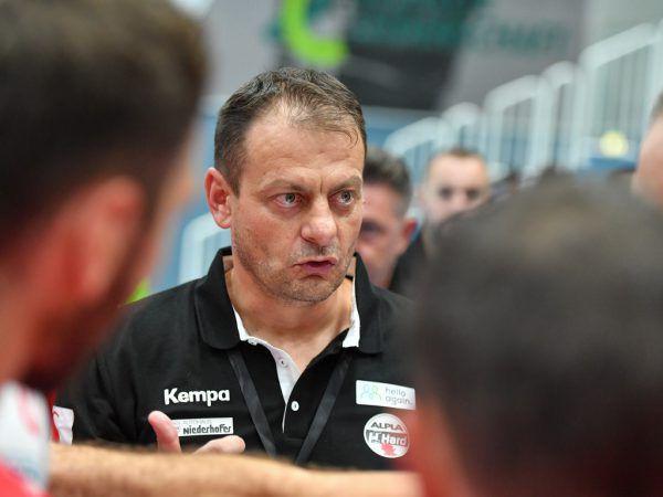 Manuel Schmid (l.) fixierte mit der Schlusssirene den Harder Heimsieg, zur Freude von Coach Mario Bjelis (oben).Gepa/Lerch