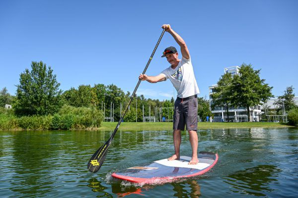 Markus Rhomberg verkauft Stand-up-Paddle-Boards in Wasserburg.