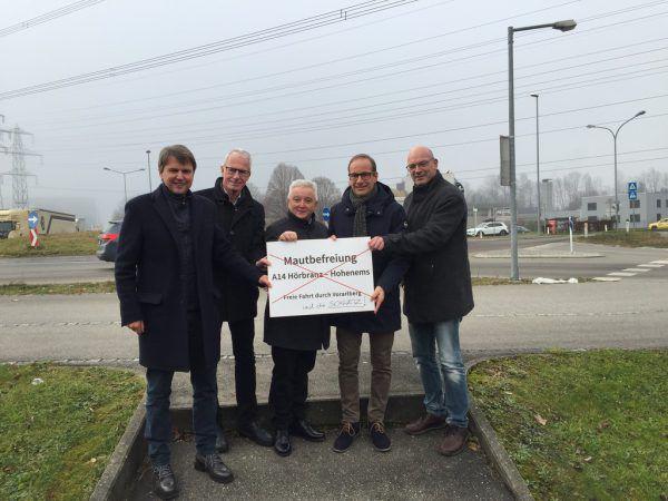 Die (teils damaligen) Ortschefs der kämpfenden Gemeinden im Dezember vergangenen Jahres in Hohenems. Rauch