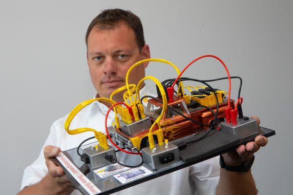 Michael Bartl (KFZ Technischer Istruktor ÖAMTC) ist Experte wenn es um die Technik von E-Autos geht.Klaus Hartinger