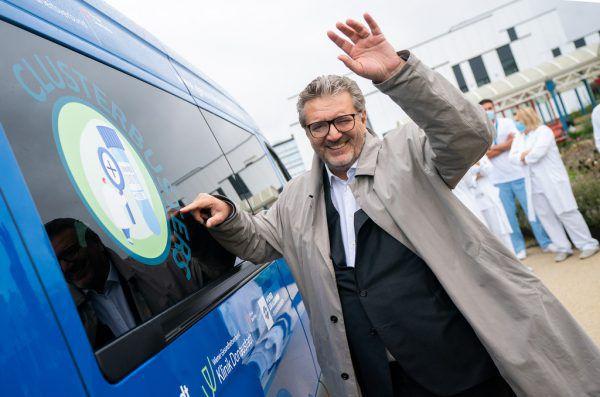 Peter Hacker beim Bus.APA