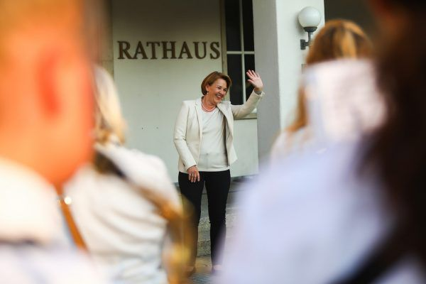 Traditionell dirigiert die Bürgermeisterin nach der Wahl die Musikkapelle am Rathausplatz.Philipp Steurer
