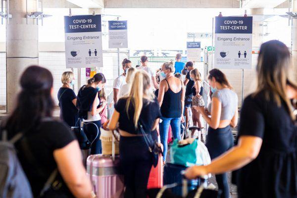 Trotz Reisewarnung in die Ferien: Nicht alle Urlauber halten sich an die offiziellen behördlichen Empfehlungen.APA/dpa/Moritz Frankenberg