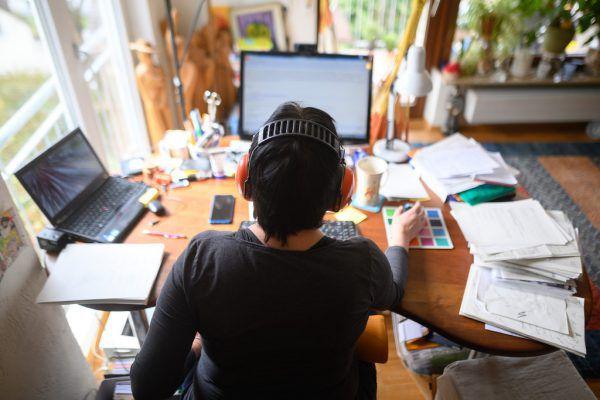 Weit verbreitet: Telefonkonferenz im heimischen Wohnzimmer.apa/Symbolbild