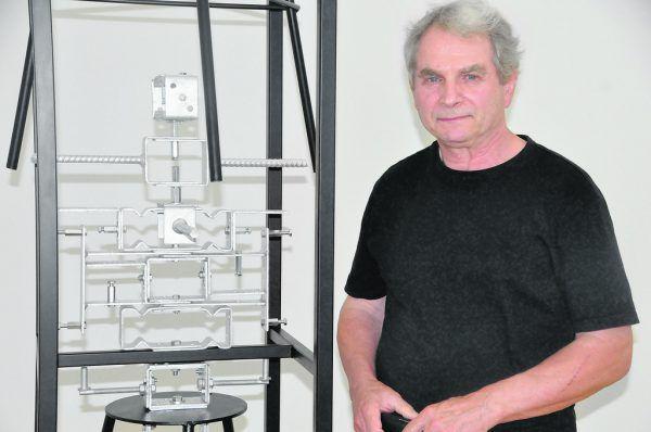 Willi Kopf und zwei seiner Werke in der Galerie allerArt in Bludenz.Wolfgang Ölz (2)