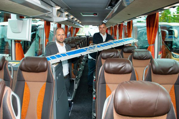 Wirtschaftslandesrat Marco Tittler zeigt sich von der Innovation angetan.Serra/VLK