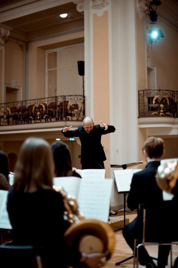 Benjamin Lack dirigiert PulsArt. Victor MArin/VLK