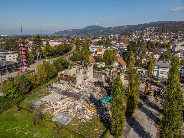 Die zerstörte Schule am Fischbach und das neue Modell (Bild ganz rechts). Der Spatenstich rfolgt am 6. Oktober Netzwerk für Raum und Form