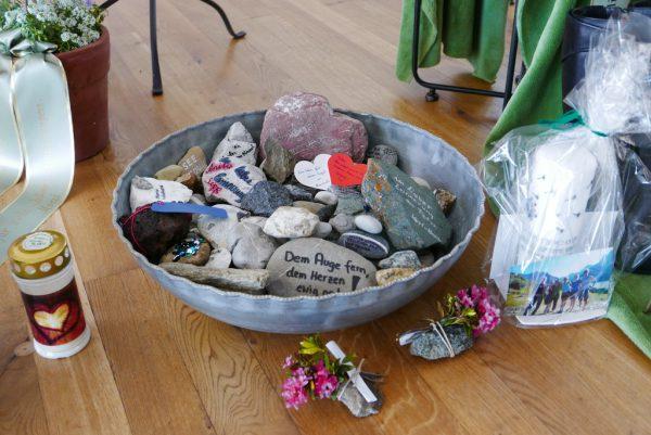 Die Verstorbene war gerne in den Bergen. Die Trauergäste brachten Steine mit guten Gedanken und Wünschen. Privat