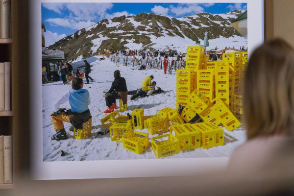 Kleines Bild: Manche Objekte aus der Sammlung, wie die Fotografie von Lois Hechenblaikner aus dem Jahr 2007, die eine Party in Ischgl zeigt, werden heute in einem neuen Licht gesehen.Philipp Steurer (2)