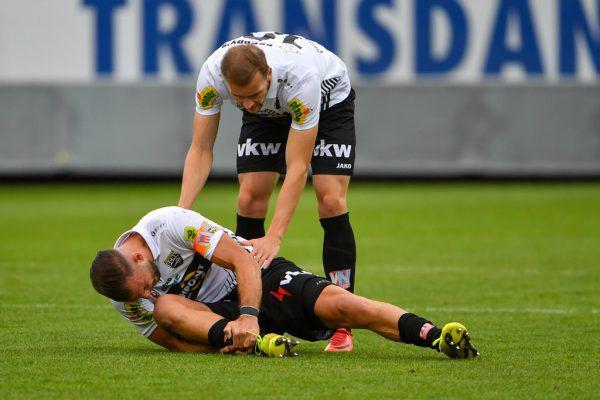 Manfred Fischer (großes Bild) darf zum 1:0 einschieben. Berkay Dabanli verletzt sich am Knöchel (kleines Bild).gepa/lerch (3)