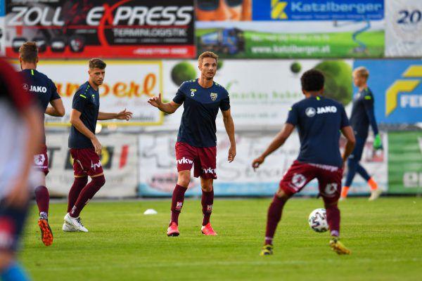 Netzer (m.) im spielerischen Austausch mit den jüngeren Mitspielern Anderson (r.) und Mario Stefel (l.).gepa