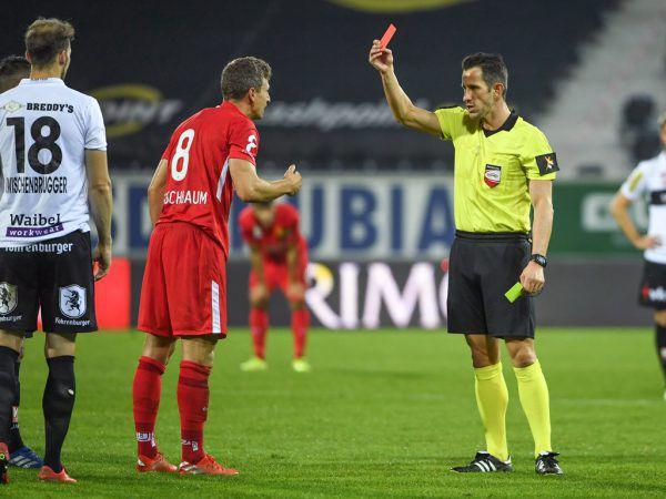 Schiedsrichter Harkam zückt bereits zum dritten Mal die Rote Karte.gepa/lerch