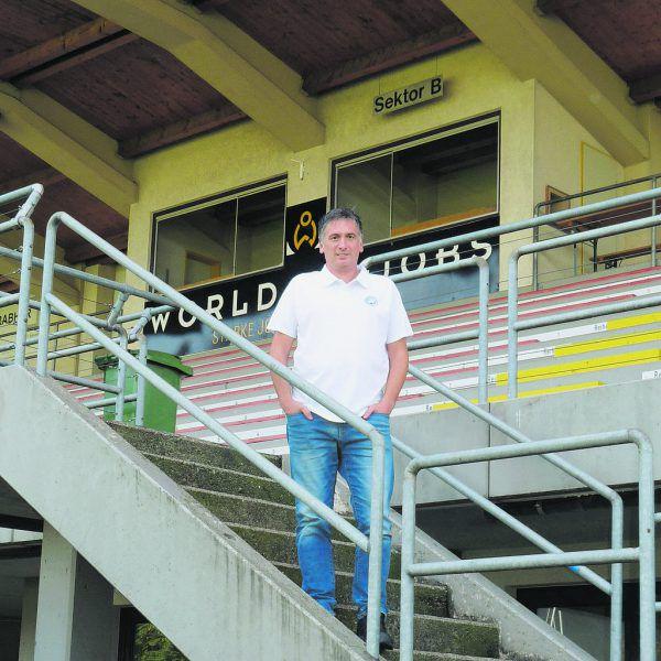 VfB-Boss HaraldAchenrainer imHerrenriedstadion. Günther Böhler