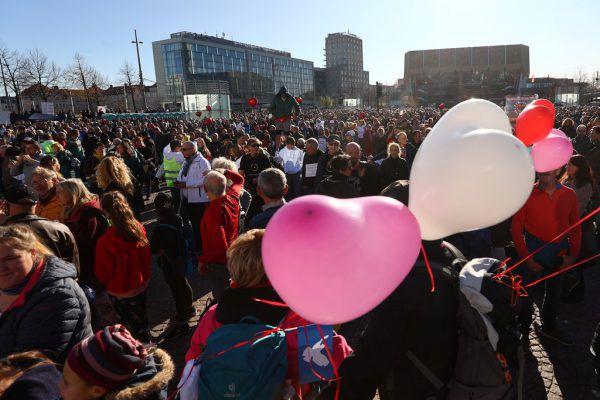 20.000 Menschen gingen in Leipzig auf die Straße. Nur einzelne trugen einen Mund-Nasen-Schutz. Reuters