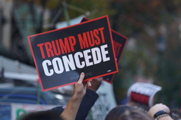 Anhänger von Joe Biden fordern schon, dass Donald Trump seine Niederlage eingestehen soll.AFP