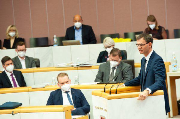 Auch auf den Sitzplätzen mussten die Abgeordneten dieses Mal Masken tragen.Land Vorarlberg/serra (3)