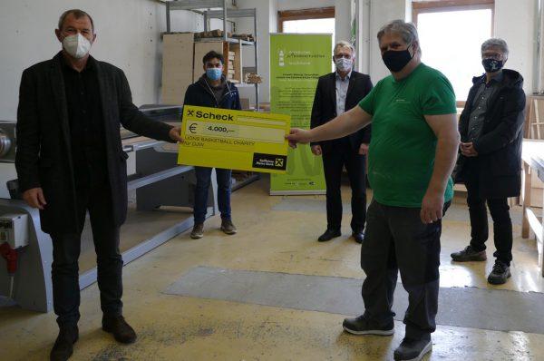 Der Spendenscheck wurde corona-gerecht übergeben.Dornbirner Jugendwerkstätte