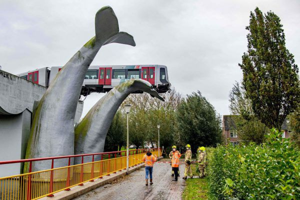 Der Waggon kam auf der Skulptur zum Stehen.APA/AFP/ANP