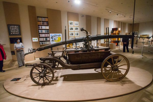 """Die 100 Objekte der Schau """"Sehen, wer wir sind"""" (links) können derzeit auf der Website des Museums angeschaut werden. Oben Direktor Andreas Rudigier. Philipp Steurer(2)"""