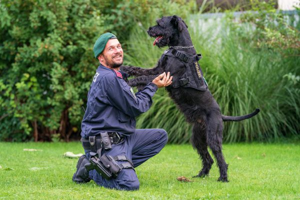 """Diensthundeführer Bernd Ludl mit """"Alvaro"""". Der Diensthund stellte am Montag drei Männer nach einem Einbruch. LPD"""