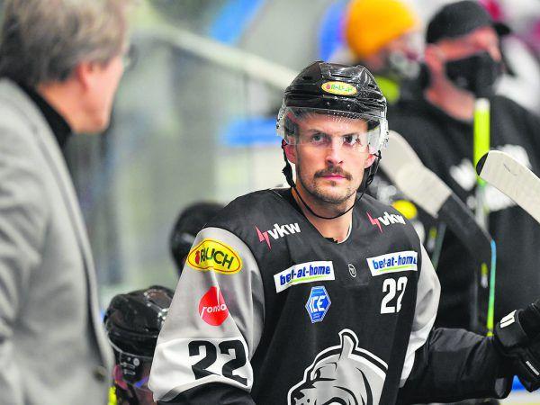 Ein Bild mit Symbolcharakter: Schon während der Partie gegen Innsbruck stellte KaiSuikkanen seine Spieler zur Rede.Oliver Lerch