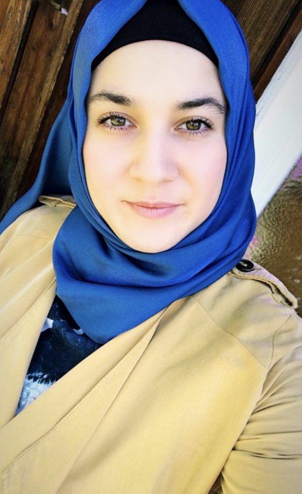Elif Dagli (29) ist islamische Religionslehrerin. Links: Beim interreligiösen Friedensgebet am vergangenen Donnerstag im Feldkircher Dom. Privat, veronika Fehle
