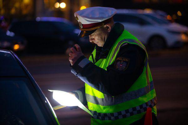 Die Polizei konnte den Pkw-Lenker fassen.Symbolbild/Hartinger