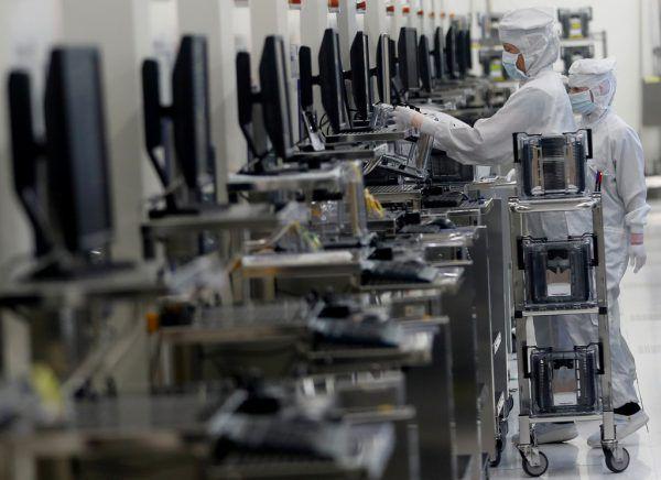 Kleines Bild: Blick in die Produktion bei ams. Reuters (2)